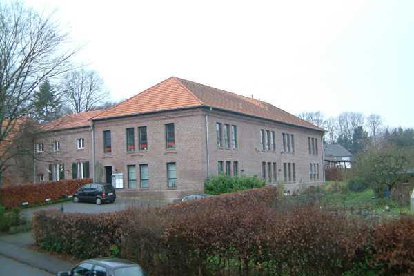Parkplatz und Außsenansicht Denkmal Gut Leyershof